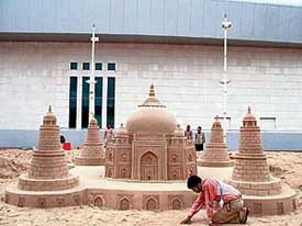 Sudarshn-Patnaik-giving-final-touch-to-his-sand-creation
