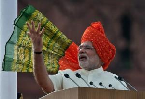 ૧૫મી ઓગસ્ટે દિલ્હીના લાલ કિલ્લા ઉપરથી રાષ્ટ્ર ધ્વની સાથે પાઘડીનું છોગું લહેરાવી દેશની જનતાને સંબોધી રહેલા વડા પ્રધાન નરેન્દ્ર મોદી