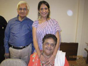 શ્રી મહેન્દ્ર મહેતા અને મીરાંબેન મહેતા(ખુરશીમાં બેઠેલાં ) ની કાજલ ઓઝા વૈદ્ય સાથેની એક તસ્વીર -તારીખ ૧૧-૩-૨૦૧૩ (ફોટો સૌજન્ય - ફેસ બુક પેજ )